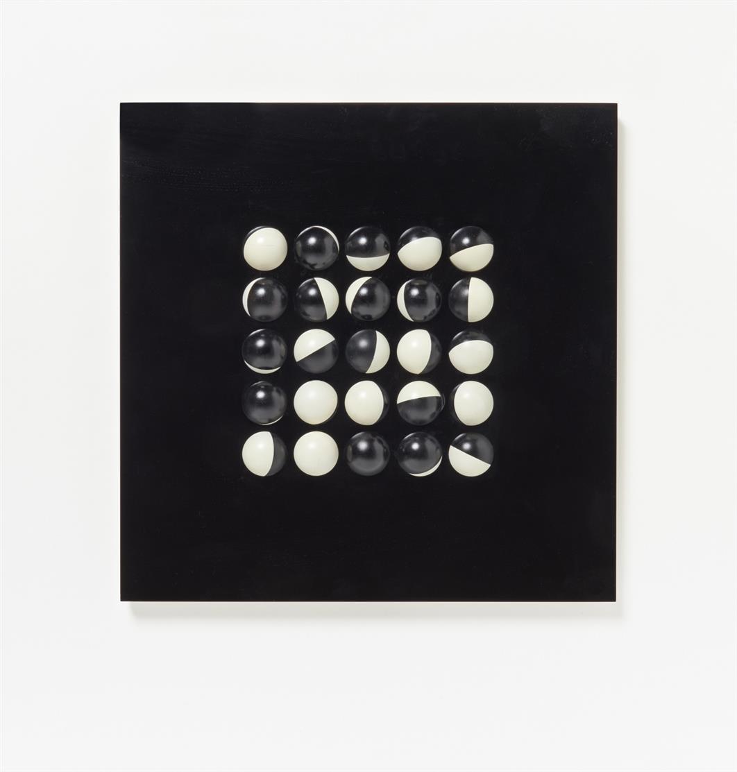 Paul Talman. Ohne Titel (Collection MAT 64). 1964. Schwarze und weiße Plexiglasplatte mit 25 beweglichen Pingpong-Bällen. Ex. 6/100. Signiert. (Mit Metallaufhängung).