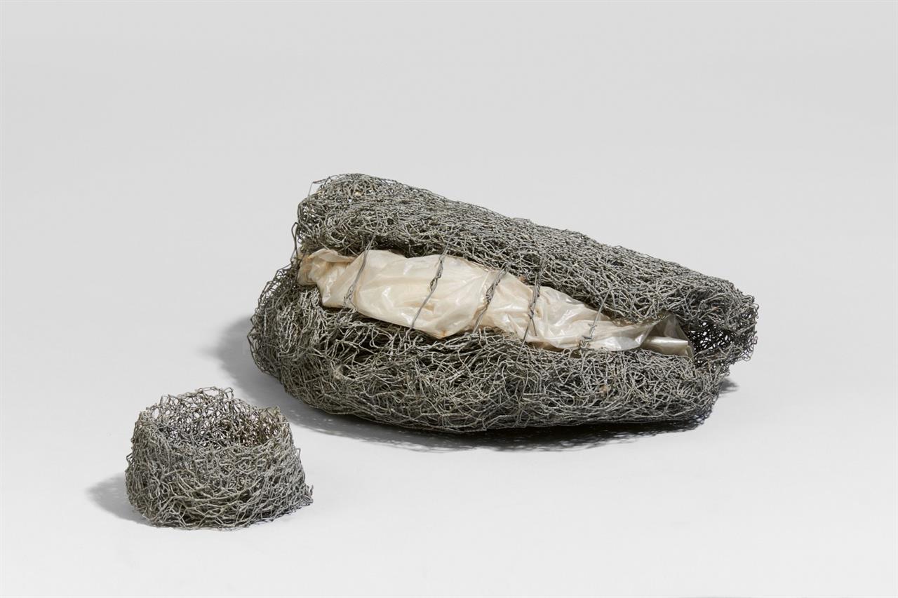 C.O. Paeffgen. Ohne Titel / Rost-Nest 1968. 2 Objekte. Drahtgeflecht und Kunststofffolie bzw. Multiple aus Drahtgeflecht. Nicht signiert oder bezeichnet bzw. auf Papieretikett signiert.