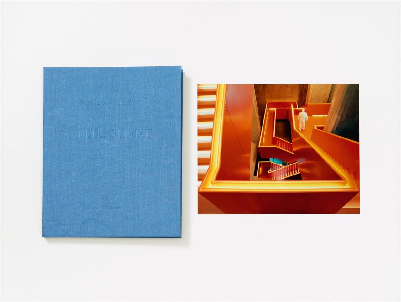 Julian Rosefeldt. The Shift. 2008. Leinenkassette mit 6 C-Prints. Je signiert. Ex. 21/50.