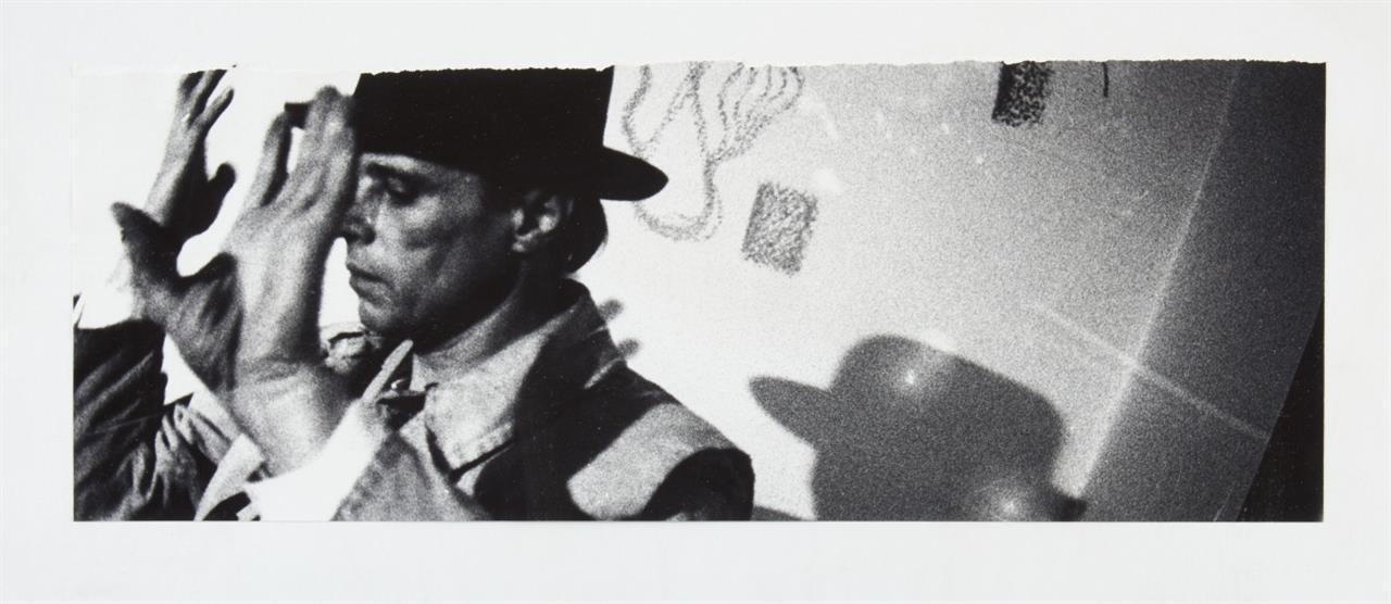 Ute Klophaus. Joseph Beuys. SW-Fotografie. Verso gewidmet und mit Copyright-Stempel.