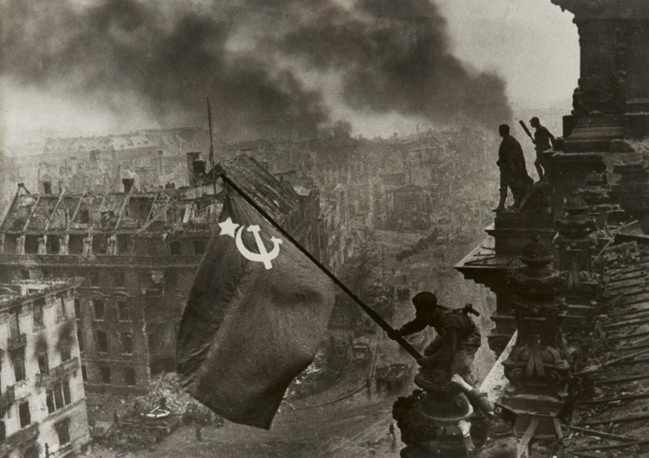 Yevgeni Chaldej. Sowjetische Fahne auf dem Berliner Reichstag, 2. Mai 1945. Silbergelatineabzug. Signiert, bezeichnet und datiert. Wohl späterer Abzug.