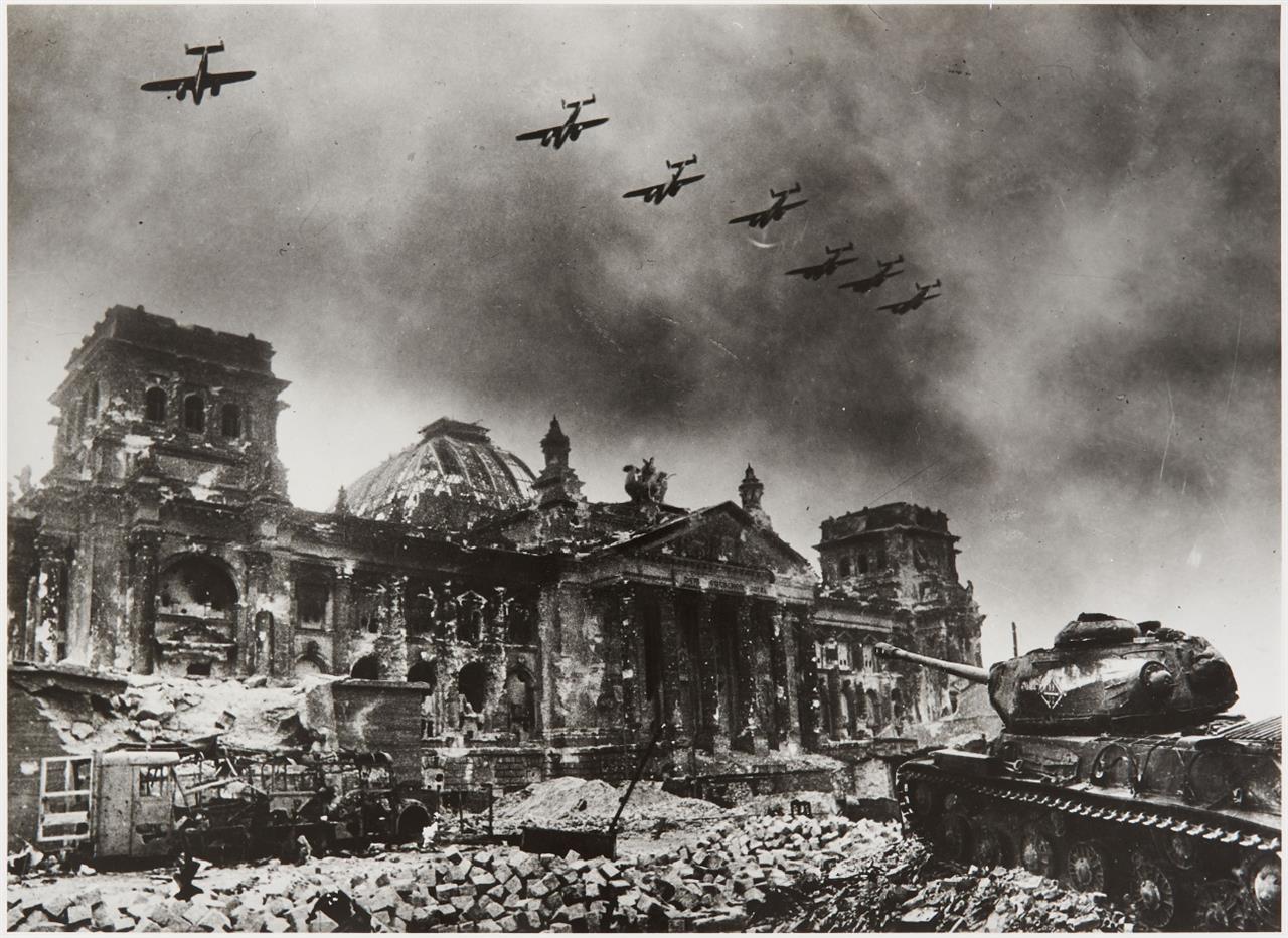 Yevgeni Chaldej. Flugzeuge über dem Reichstag. (1945). Silbergelatineabzug. Signiert, bezeichnet und datiert. Wohl späterer Abzug.