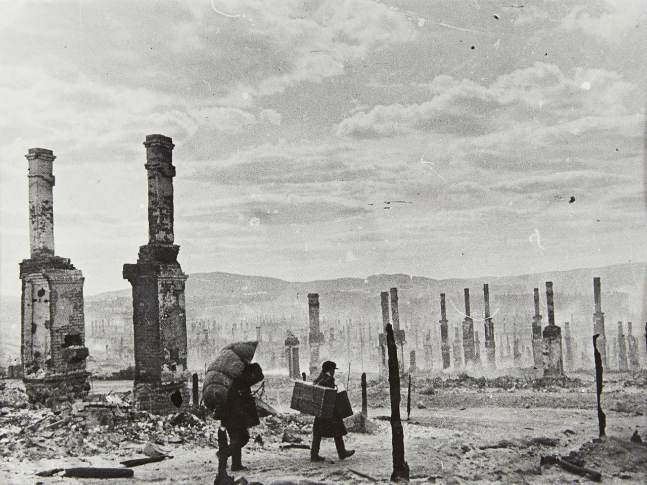 Yevgeni Chaldej. Flüchtlinge in Murmansk. (1942). Silbergelatineabzug. Signiert, bezeichnet und datiert Wohl späterer Abzug.