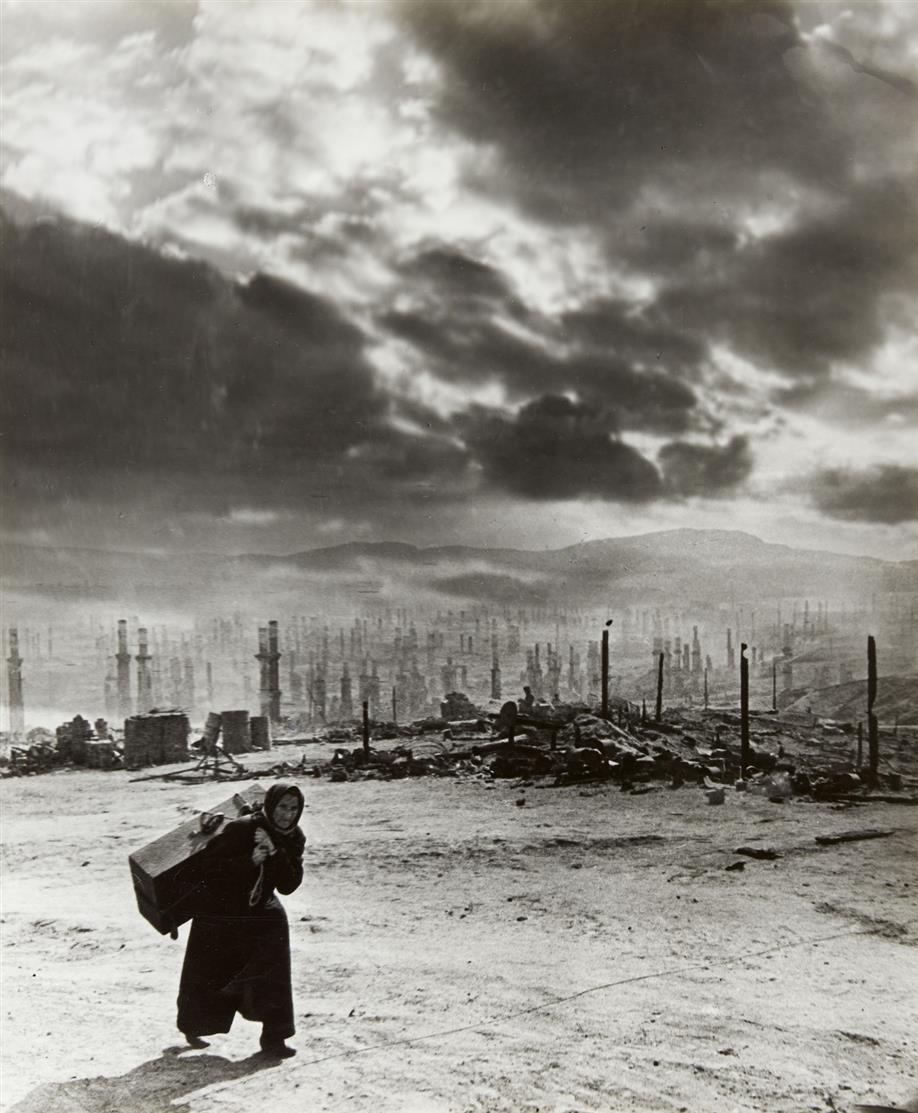 Yevgeni Chaldeij. Tragedija murmanska (Murmansk) . (1942). Silbergelatineabzug. Signiert, bezeichnet und datiert. Wohl späterer Abzug.