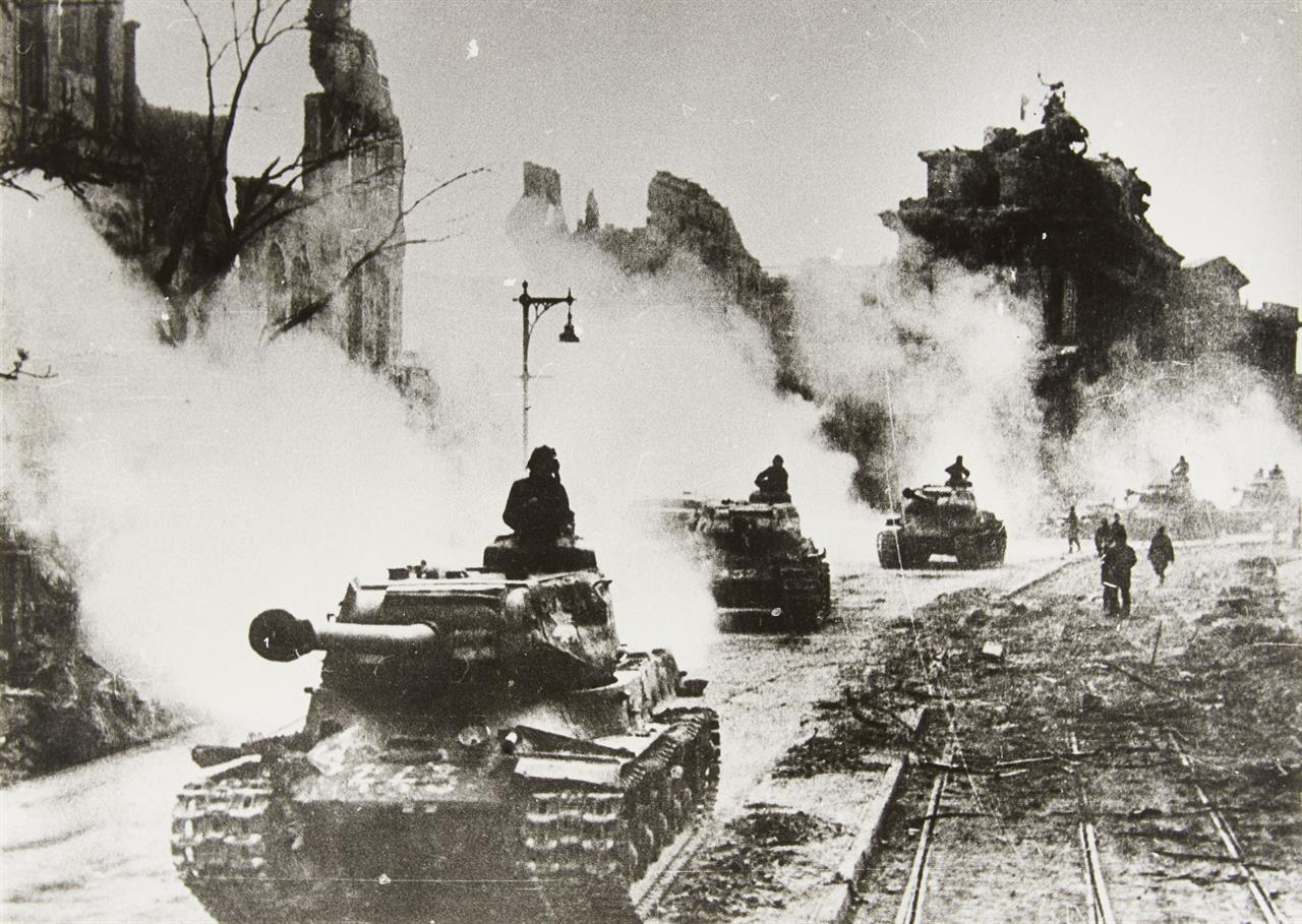 Yevgeni Chaldej. Berlin 2. Mai 1945 (Sowjetische Panzer in Berlin). (1945). Silbergelatineabzug. Signiert, bezeichnet und datiert. Wohl späterer Abzug.