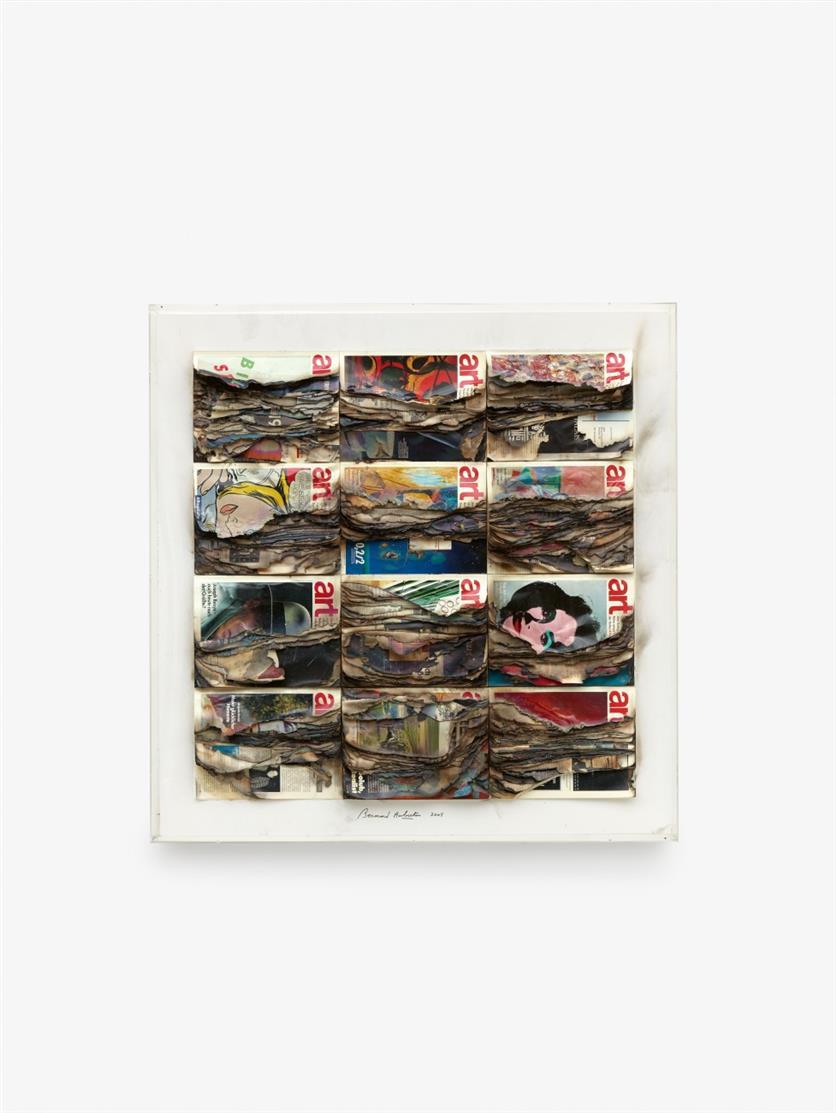 Bernhard Aubertin. Revues d'art brûlées. 2005. Zeitschriften mit Brandspuren auf Holz, in Plexiglaskasten. Verso signiert. + Dazu: Photozertifikat.