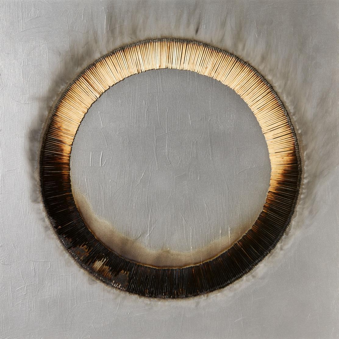 Bernard Aubertin. Dessin de feu circulaire gris. 2005. Öl, Zündhölzer und Brandspuren auf Holz. Verso signiert. + Dazu: Fotozertifikat.