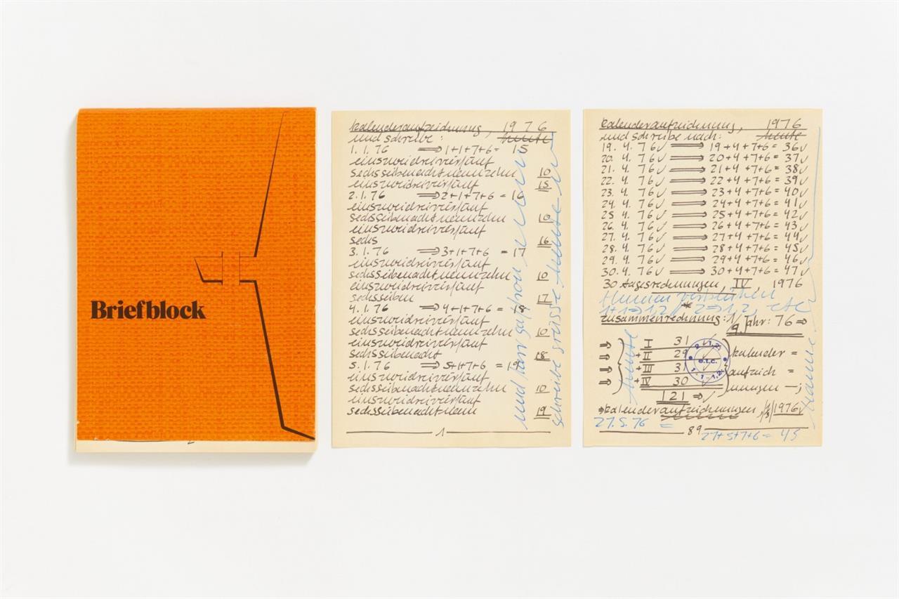 Hanne Darboven. Kalenderaufzeichnung auf Briefblock. 1976. 89 Blatt mit reproduzierter Schrift, davon 2 signiert, gewidmet bzw. bezeichnet und gestempelt.