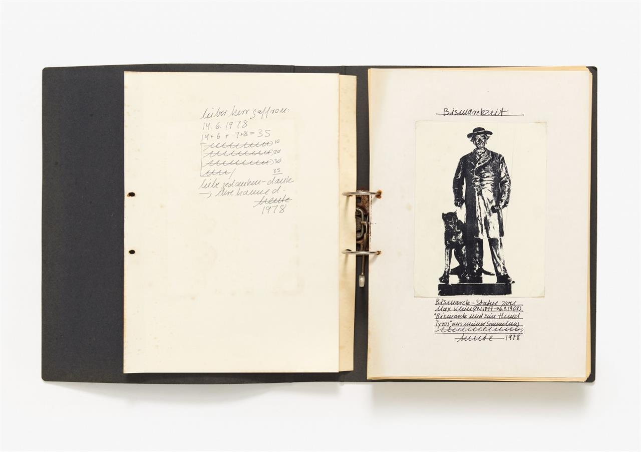 Hanne Darboven. Bismarckzeit. 1978. 2 Leitz-Ordner mit 860 Blatt reproduzierter Schrift und 2 handschriftlichen Blatt: Widmung und Titel.