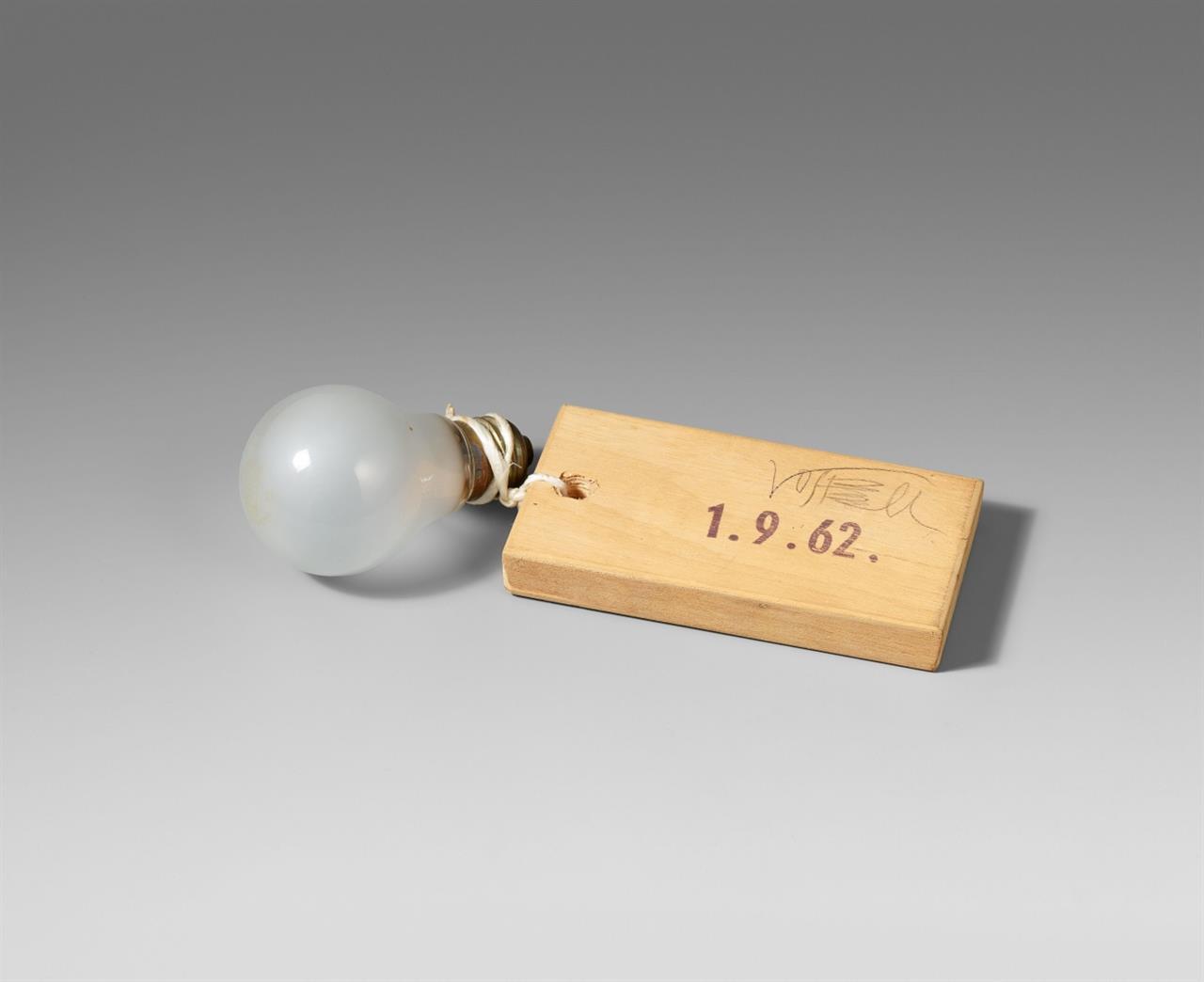 Wolf Vostell. Glühbirne. 1962. Glühbirne mit Holz. Signiert.