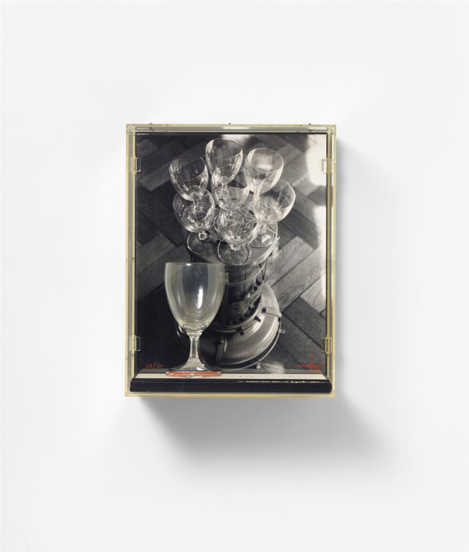 Jonas Hafner. Meerstern. 1982. Schwarz-Weiß-Foto und bemaltes Glas. Signiert. Ex. 28/50.