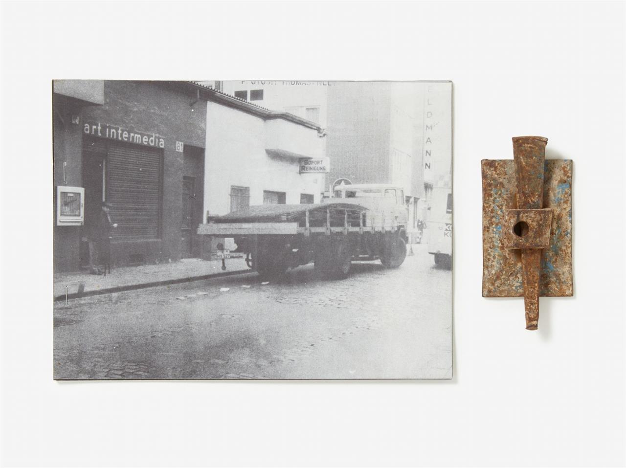 Wolf Vostell. Einzelheiten Ruhender Verkehr. 1970. Kopien von Fotogr. u. Planskizze mit OrVerschalungsschloss. Signiert. Ex. 43/50. + Beilagen: 3 sign. Druckerzeugnisse u.1 Kassette mit CD