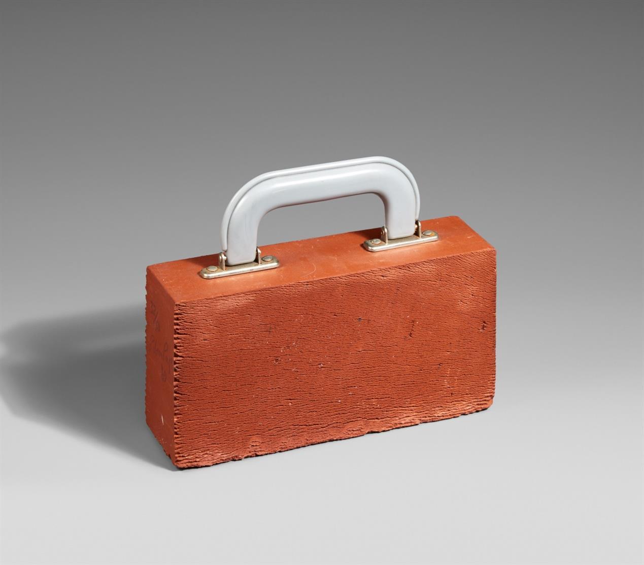 Robin Page. Portable (Köfferchen). 1969. Multiple, brauner Ziegelstein mit Koffergriff. Signiert. Ex. 32/50.