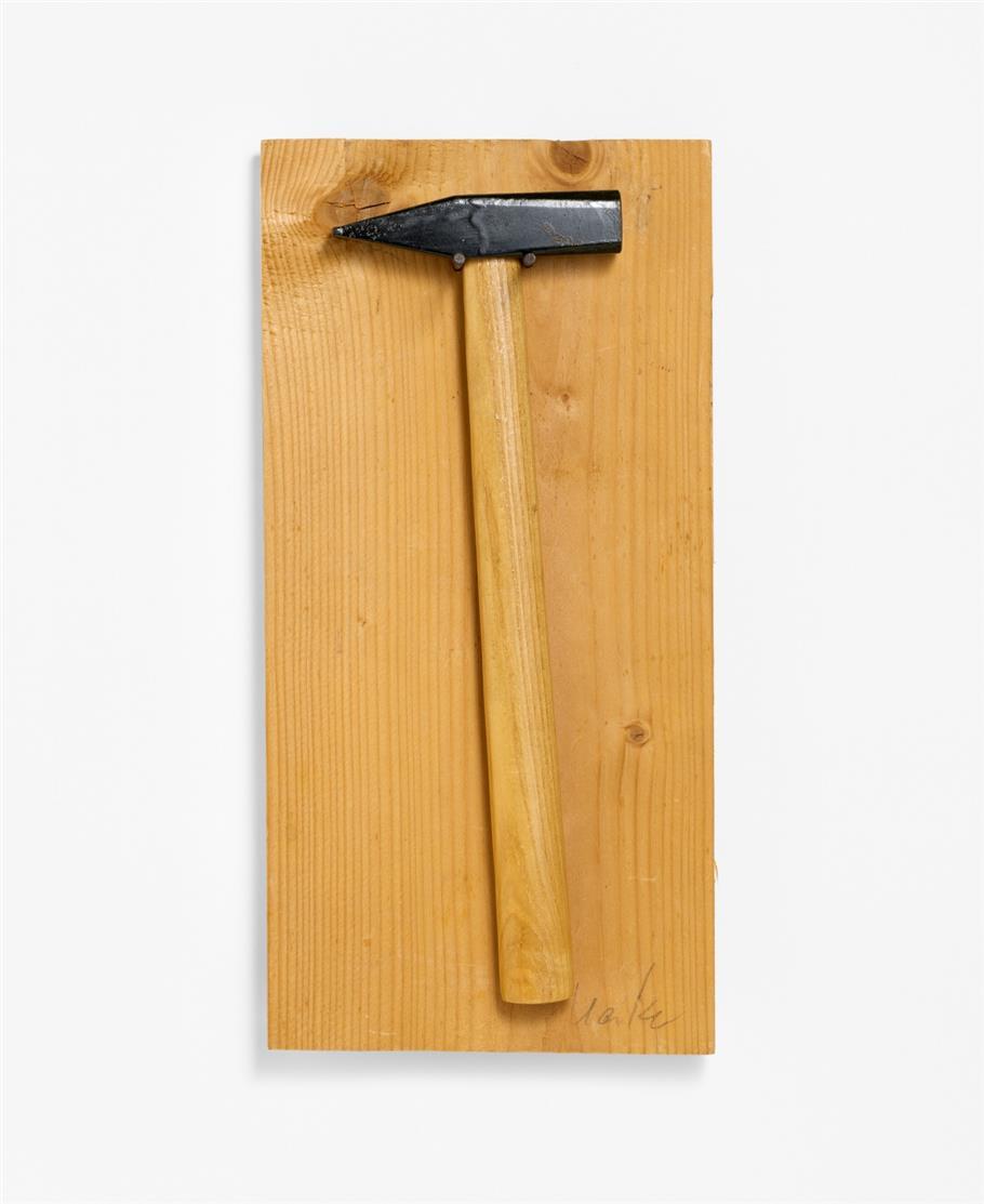 Günther Uecker. Do it yourself. 1968. Multiple. Hammer mit 2 Nägeln auf Holzbrett. Signiert.