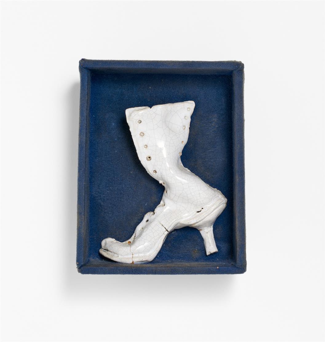 Y. Fongi. Des Rechten Stiefels linke Seite. 1970. Glasierte Keramik in mit Stoff ausgeschlagenem Kästchen. Verso signiert. Ex. 5/30.