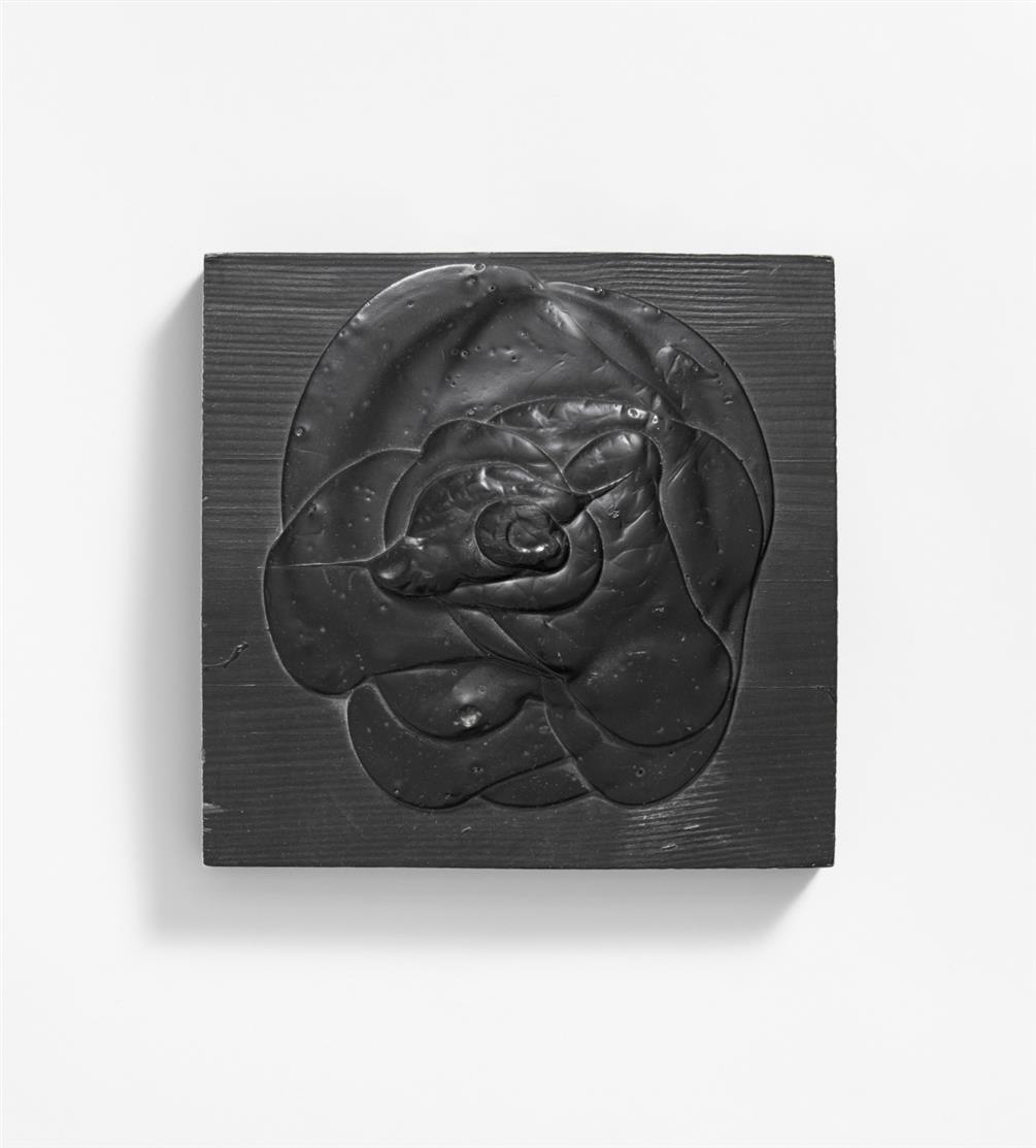 Dieter Roth. Schwarze Rose. 1969. Schwarze Acrylfarbe auf Holzbrett. Signiert. Ex. 40/100. Dobke S. 33.