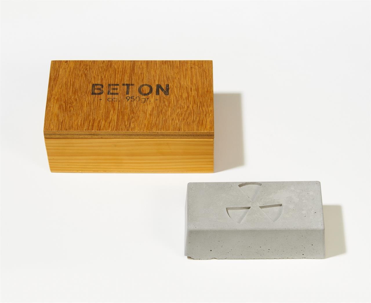 Georg Herold. Beton. 1994. Multiple. Beton in Holzkiste. Signiert. Ex. 109/150.