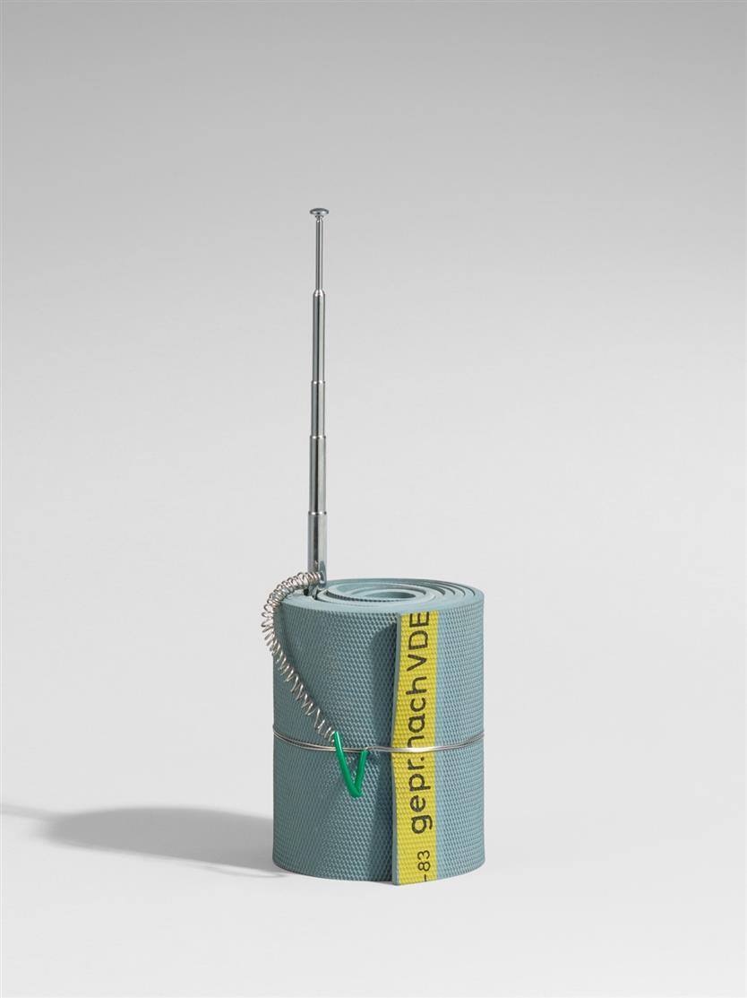 Klaus vom Bruch. Metzlerbande. 1992. Radioantenne, mit grauer Gummimatte umwickelt, durch Drahtschnur gehalten. Monogrammiert. Ex. 6/50.