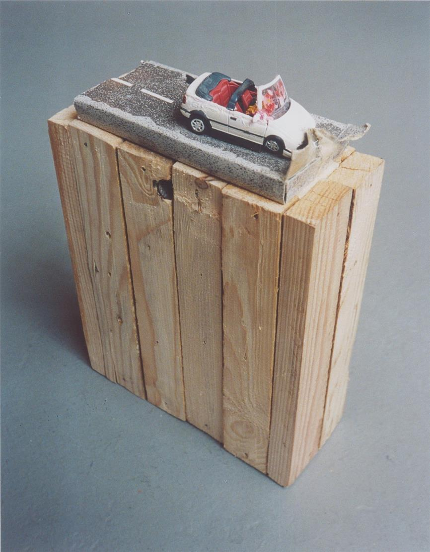 Steffen Lenk. Ohne Titel. 2001. Holz, Spielzeugauto, Pappe, Ölfarbe, Tesafilm. Signiert und datiert.