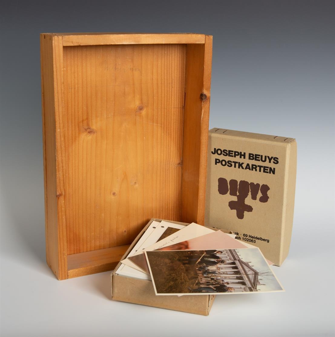 Joseph Beuys. Intuition. 1968. Holzkiste mit Bleistiftzeichnung, genagelt. Signiert. Schellmann 7. + 1 Beilage: J. Beuys. Postkarten. Edition Staeck.