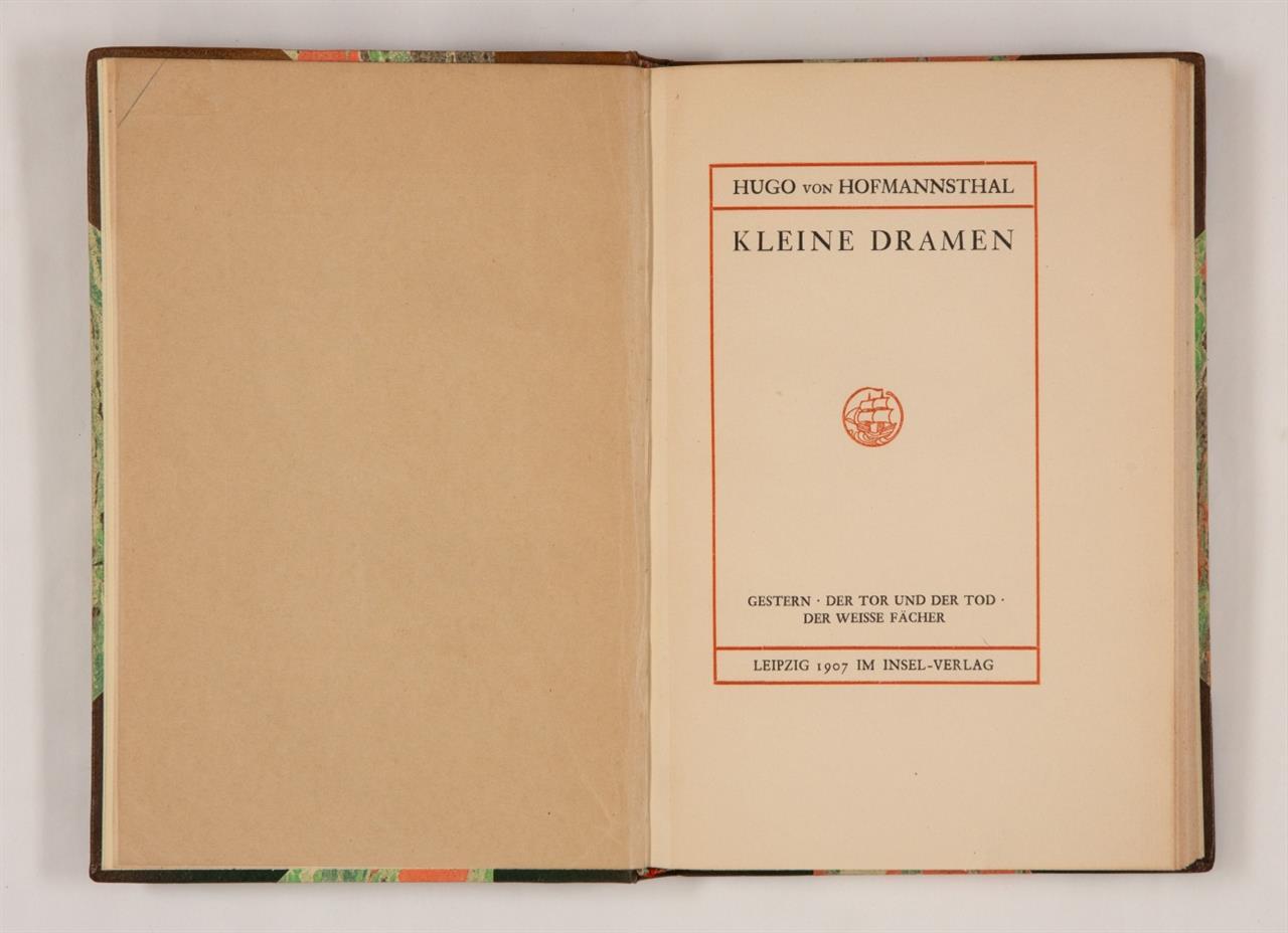 H. v. Hofmannsthal, Kleine Dramen. 2 Bde. Lpz. 1907. + Beilage: ders.: Der Turm. Lpz. 1907. - Handeinbände.