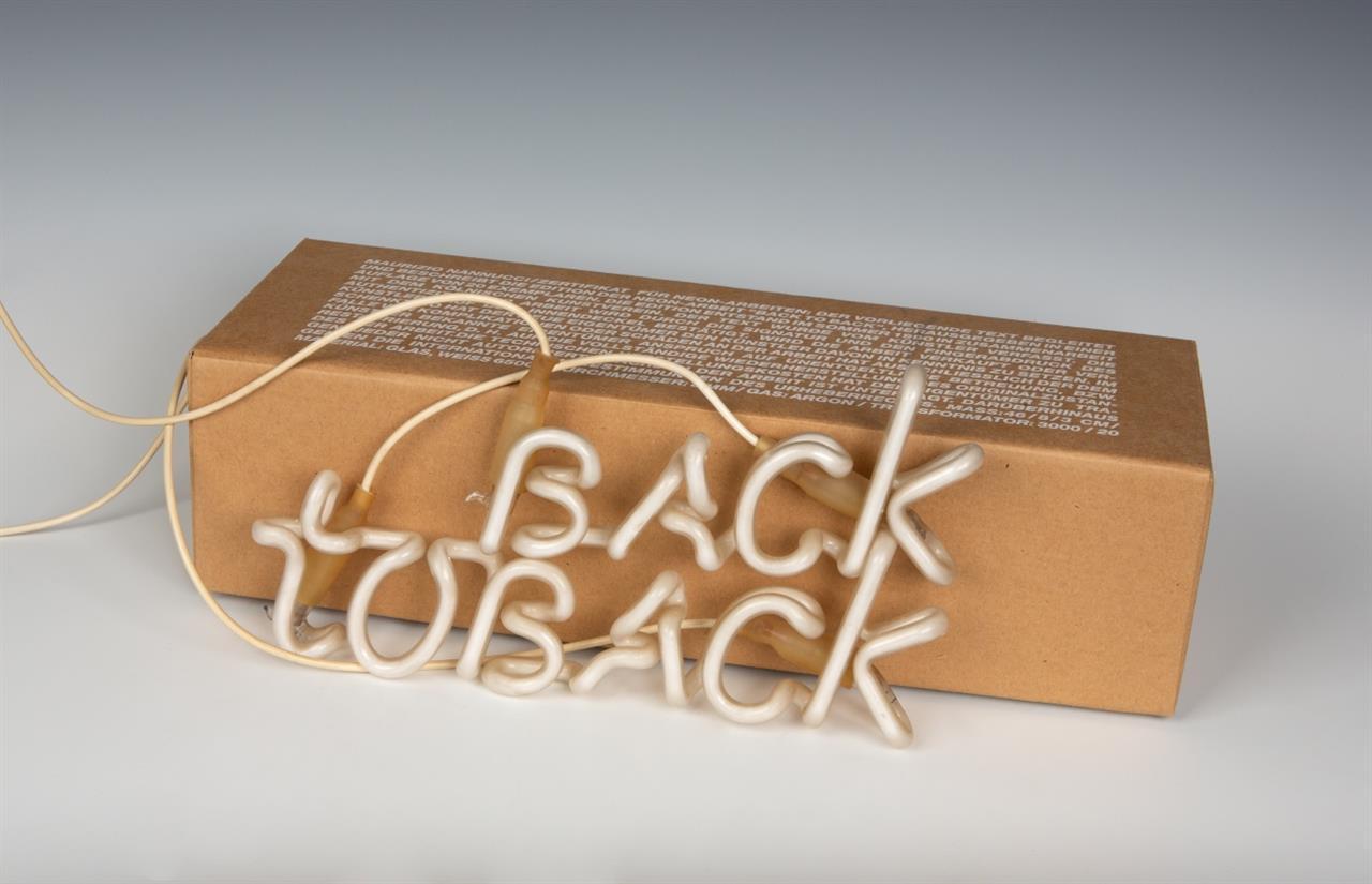 Maurizio Nannucci. Back to Back. 1990. Lichtinstallation, Multiple, in OrKarton. Signiert. Ex. 11/20.