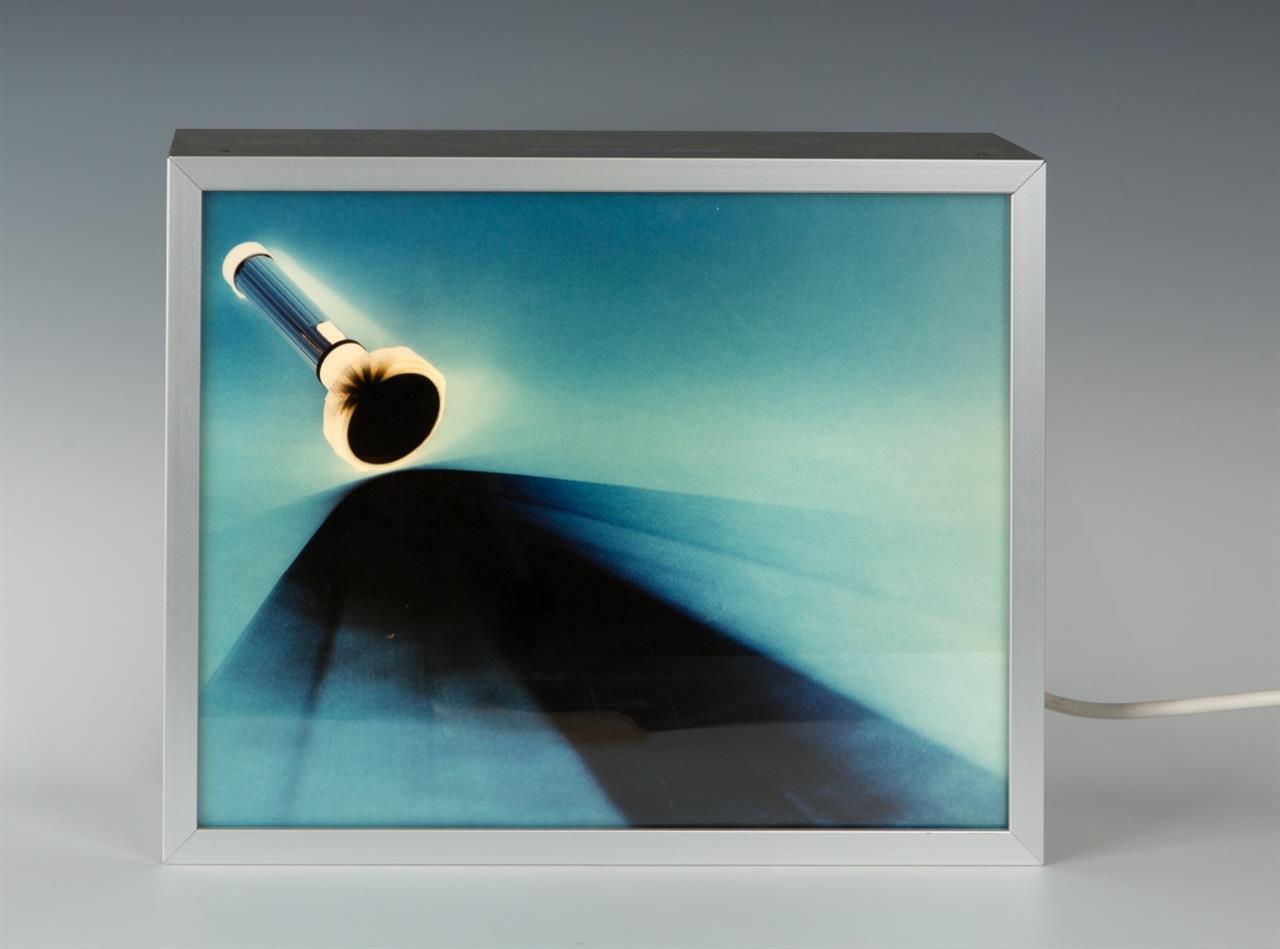 Kazuo Katase. Ohne Titel. 1996. Leuchtkasten. Verso signiert. Ex. 4/10+2 a.p.