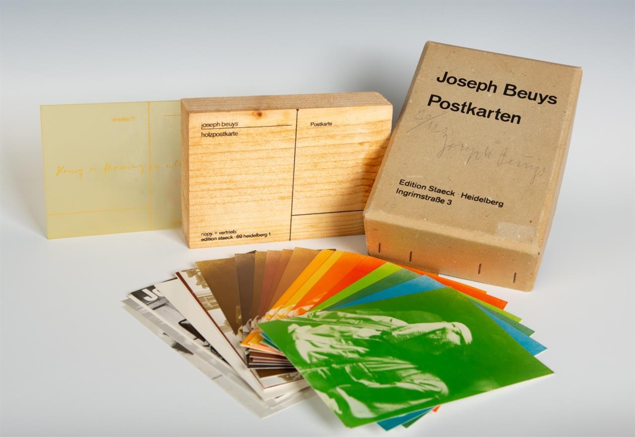Joseph Beuys. Postkarten 1968  - 1974. Schachtel mit 30 Postkarten, Holzpostkarte und