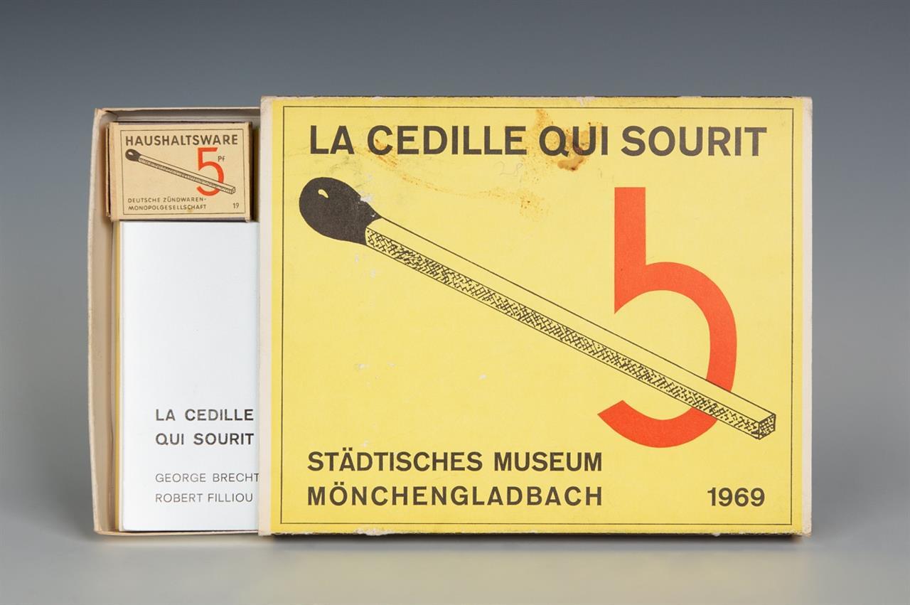Robert Filliou und George Brecht. La Cedille qui sourit. Künstlerbuch 1969. Kassettenkatalog Museum MG.