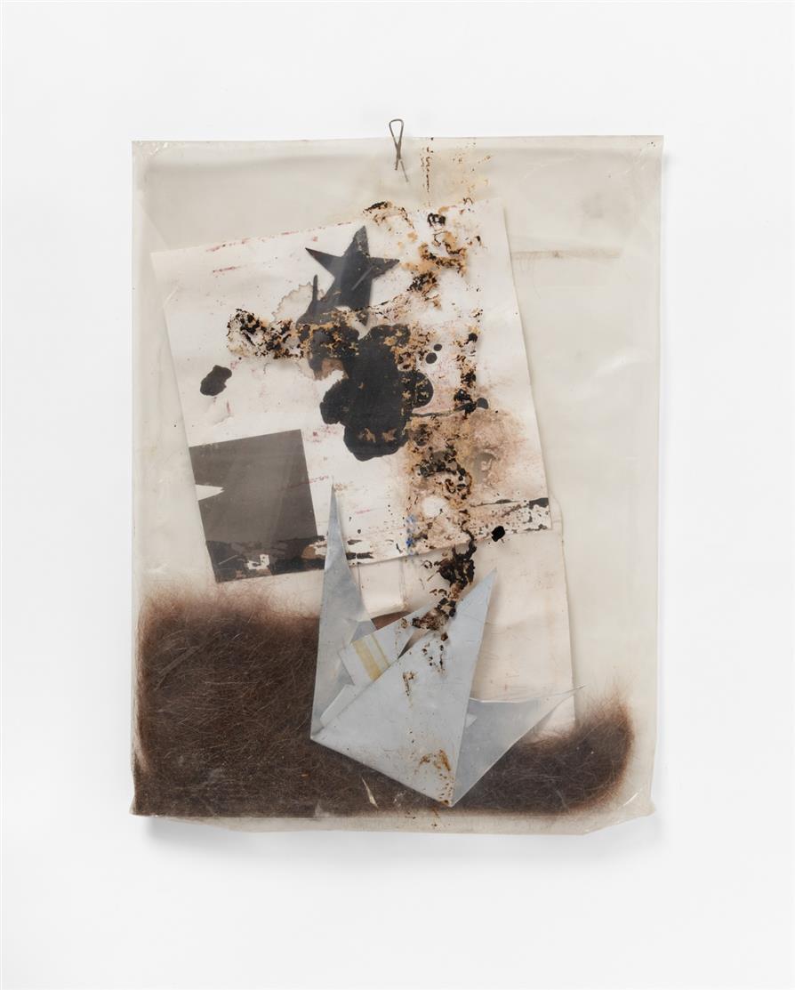 Felix Droese. Ohne Titel. 1998/99. Tüte mit verschied. Materialien. Signiert.