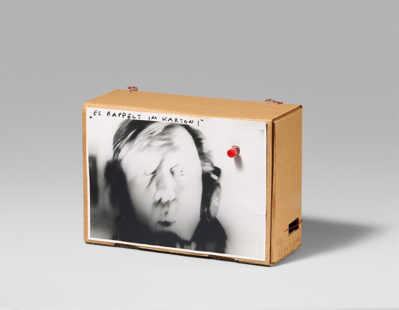 Klaus vom Bruch. Es rappelt im Karton II. 1986. Objektkasten. Monogrammiert. Ex. 18/18.