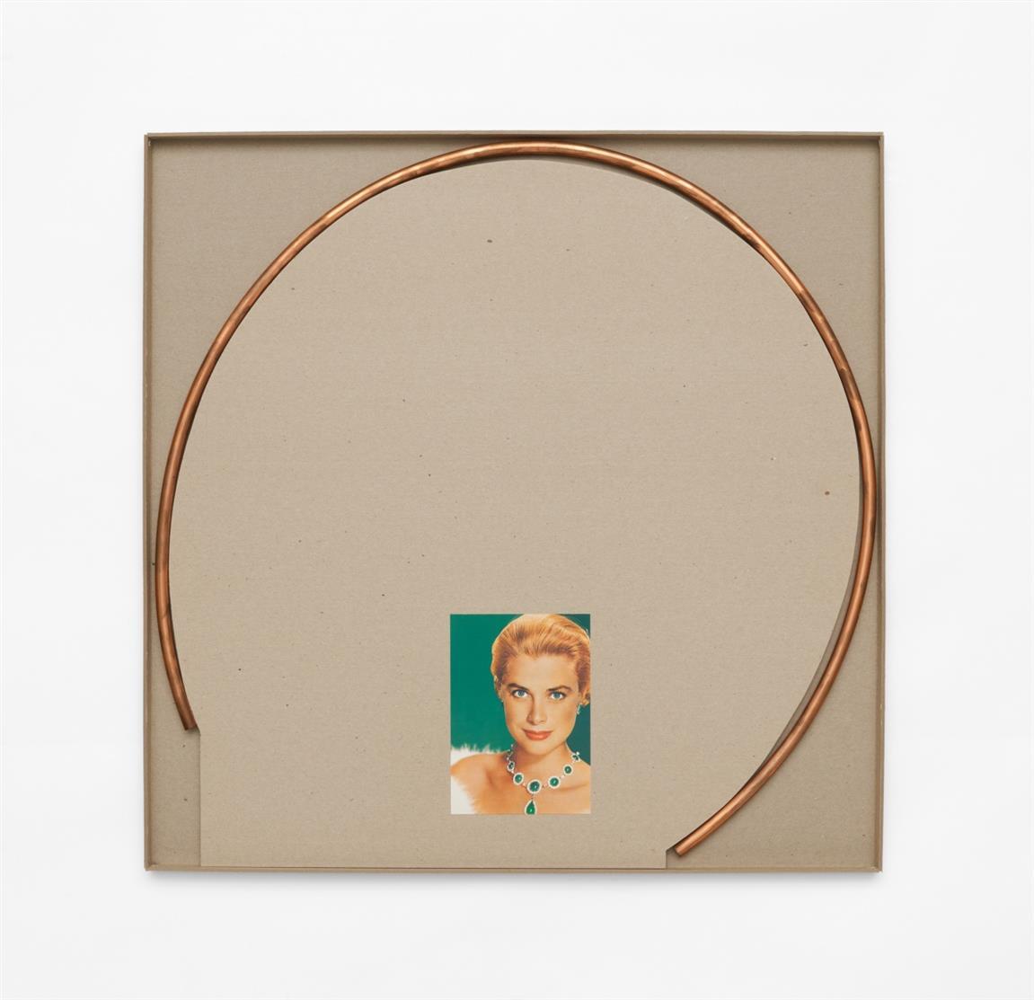 Imi Knoebel. Grace Kelly. 1994. Multiple. Zweiteiliges Wandobjekt. Gebogenes Kupferrohr, 3 Farboffset-Postkarten, Anleitung für Montage, in OrKartonage. Postkarte signiert. Ex. 32/52.