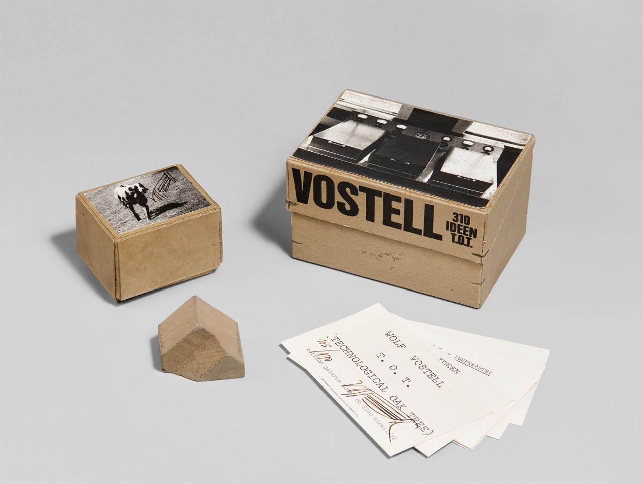 Wolf Vostell. 310 Ideen. T.O.T. (Technological Oak Tree). 1972. Kartonbox mit Indexkarten und zwei montierten SW-Fotografien, mit Betonstück in kl. Box mit SW-Foto. Signiert. Ex. 105/170.